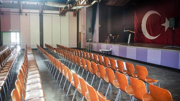 Blick in den Saal der Festhalle Bad Rotenfels in Gaggenau mit einer türkischen Flagge auf der Bühne