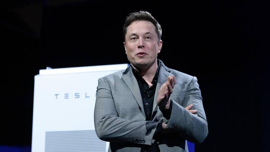 Elon Musk gehört laut dem Forbes-Magazin mit einem Privatvermögen von 12,8 Milliarden Euro zu den reichsten Menschen der Welt. So einer wird doch wohl nicht auf den Rat einer Fünftklässlerin hören oder doch.