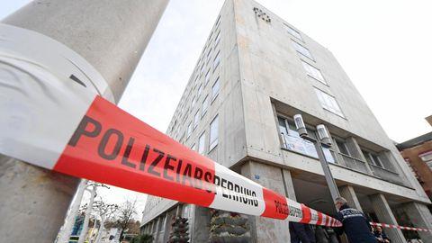 Blick auf das durch ein rot-weißes Polizeiband abgesperrte Rathaus von Gaggenau