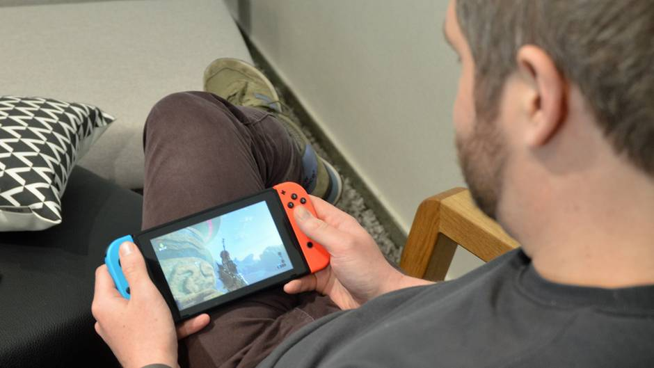 Die Nintendo Switch in der Hand