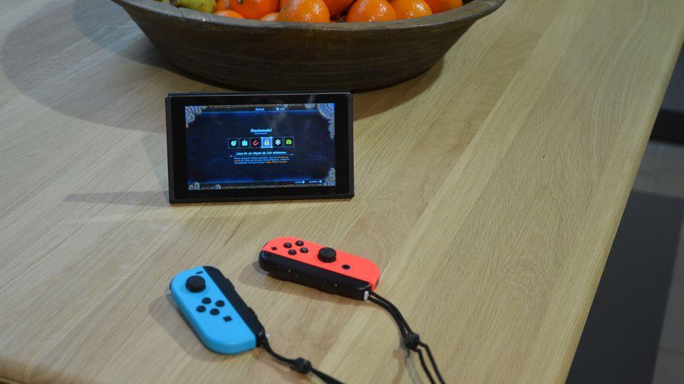 Eine Nintendo Switch steht im Klapp-Modus auf einem Tisch
