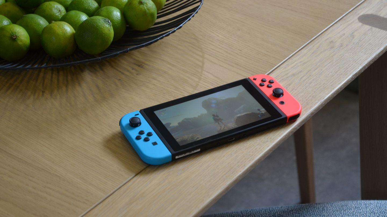Die Nintendo Switch mit angesteckten JoyCons auf einem Esstisch.