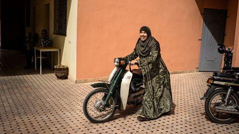 Hind Zkhiri schiebt ihren Motorroller über einen Hof in Marrakesch