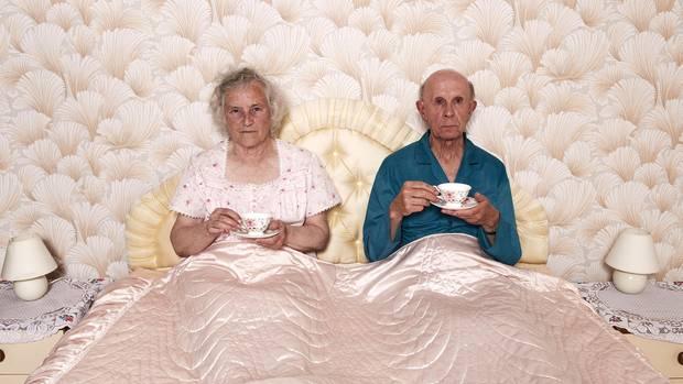 Zwei ältere Menschen in einem Bett