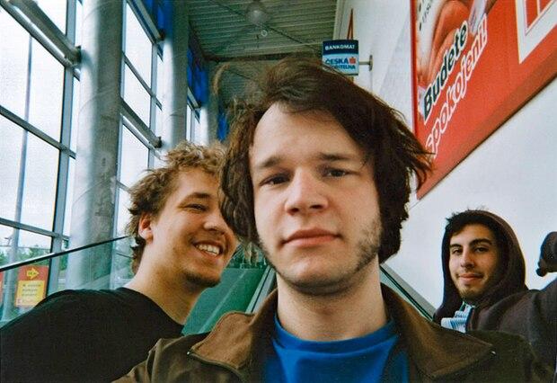 Selfies gab's auch schon vor fast zehn Jahren. Hier eines aus Prag. Es zeigt mich, pseudocooler Blick, neben meinem Freund Marc (links) und unserem venezolanischem Kumpel Nacho.