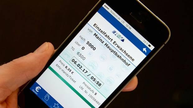 Auf einem Smartphone-Bildschirm erscheint ein elektronischer Fahrschein.