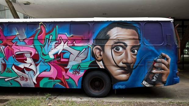 Nicht nurScience-Fiction in Acryllack unter Autobahnbrücken, sondern Graffiti auch auf Bussen.