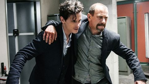 Nurali Balsiger (Joel Basman, li.) ist mit seinem verletzten Onkel (Jevgenij Sitochin) auf der Flucht.