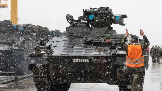 Die Bundeswehr verlegt Schützenpanzer vom Typ Marder ins Baltikum. Umfangreiche Modernisierungen können nicht darüber hinwegtäuschen, dass der Oldi erstmals 1971 an die Truppe ausgeliefert wurde.