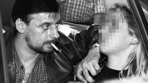 Dieter Degowski bedroht die später getötete Geisel Silke Bischoff mit einer Waffe