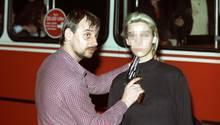 Dieter Degowski bedroht die Geisel Silke Bischoff mit einer Waffe