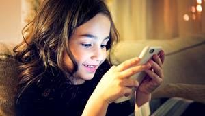 Kind spielt mit einem Smartphone