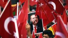 Bild von Recep Tayyip Erdogan in einem türkischen Fahnenmeer - Inszenierung der Zustimmung