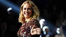 Adele lachend in dunklem Kleid auf der Bühne - Sie hat letzte Zweifel an ihrer Hochzeit mit Simon Konecki beseitigt