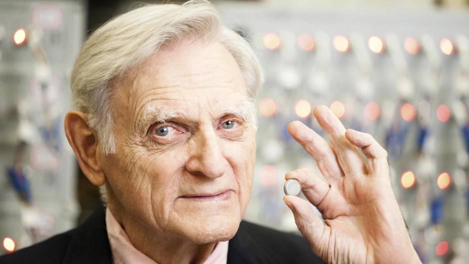 John B. Goodenough mit einer Lithium-Ionen-Zelle