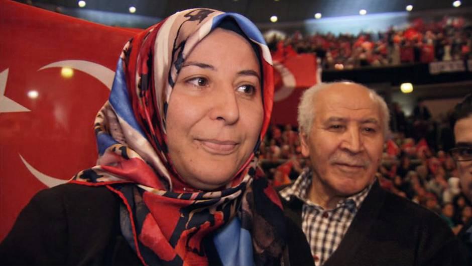 Besucher der öffentlichen Rede des türkischen Ministerpräsidenten Binali Yildirimin der Arena in Oberhausen am 18. Februar.