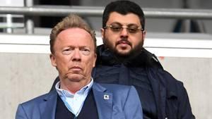 Peter Cassalette und Hasan Ismaik vom TSV 1860 München mit besorgten Blicken auf der Tribüne der Allianz Arena in München