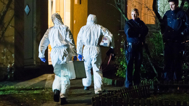 Beamte der Spurensicherung gehen in Herne in das Haus, wo der Leichnam eines neunjährigen Jungen gefunden wurde
