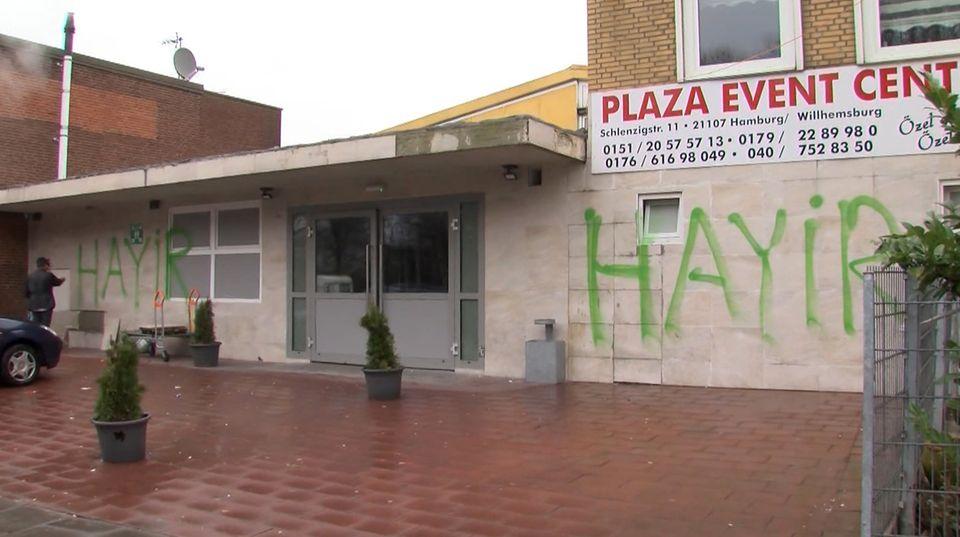 """An der Außenfassade der vorgesehenen Veranstaltungshalle in Hamburg-Wilhelmsburg prangt das türkische Wort """"Hayir"""" (""""Nein"""")"""