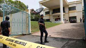 In Malaysia sichern Polizisten die nordkoreanische Botschaft, den Diplomaten ist die Ausreise verboten