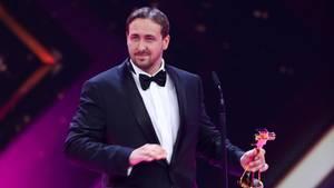 Der vermeintliche Ryan Gosling mit der Goldenen Kamera in der Hand