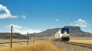 Zug fährt in Steppe