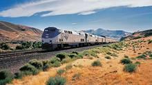 Zug fährt durch Landschaft