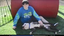 Quinn (12) mit seinem neuen Hund Logan