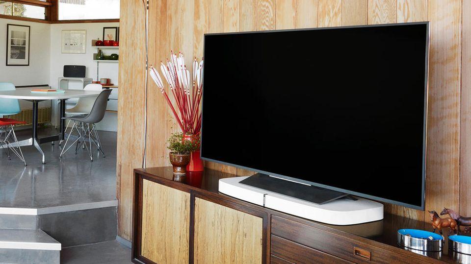 Sonos Playbase steht in einem Wohnzimmer unter dem Fernseher
