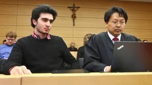 Niederlage gegen Facebook: Kläger Anis M. (l.) neben seinem Verteidiger im Landgericht Würzburg.