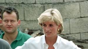 Prinzessin Diana mit weißer Bluse und ihr langjähriger Butler Paul Burrell im Hintergrund.
