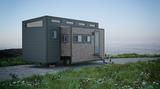 Ein Tiny House steht in idyllischer Kulisse