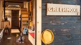 Der Blick ins Tiny House ist vielversprechend. Warme Fraben und viel Holz dominieren.
