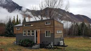 Ein winziges Häuschen mit rustiakler Holzverkleidung.