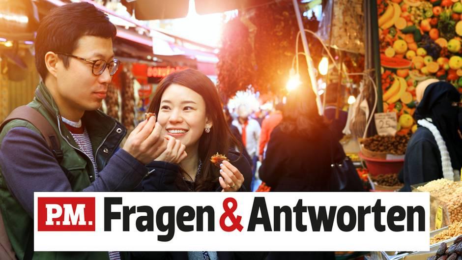 Ein asiatisches Pärchen auf einem Markt