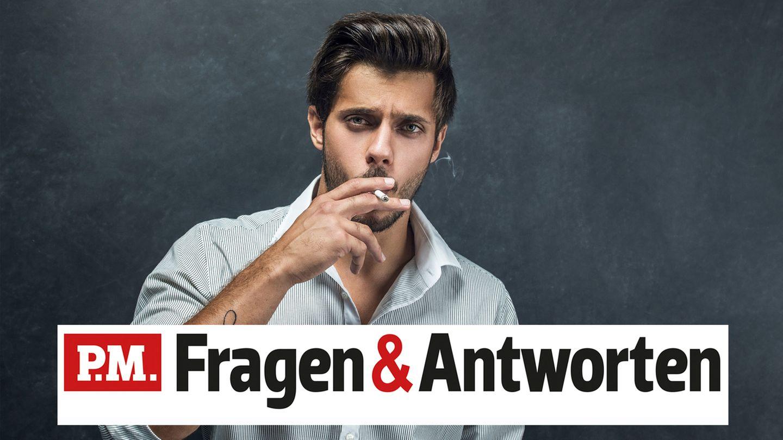 Ein schlanker Mann raucht eine Zigarette