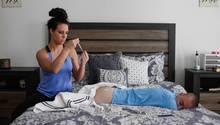 Rachel spritzt ihrem Mann Testosteron – Jasons Körper kann das Hormon nicht mehr ausreichend selbst produzieren.