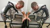 Jason probiert neue Prothesen an. Wegen Infektionen an den Stümpfen bereiten ihm die künstlichen Gliedmaßen häufig Probleme.
