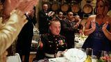 Beim Ball des Marine Corps applaudieren die Gäste und Rachel (r.) dem einstigen Soldaten Jason Jason und Rachel Hallett in ihrem Haus in Windsor, Colorado