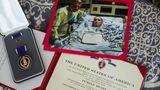 """Das """"Purple Heart"""" – das Verwundetenabzeichen – erhielt Jason Hallett im Krankenhaus. Sein kommandierender General legte es auf die Decke; von ihm stammt auch die Widmung auf dem Bild."""