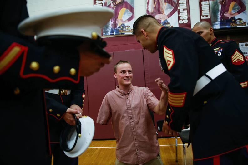 Jason Hallett, 25, mit Marineinfanteristen im November 2015 an seiner alten Highschool in Windsor, Colorado. Hier hielt er eine Rede zum Tag der Veteranen.