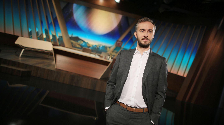 """Jan Böhmermann im Studio: Der Satiriker und sein Team erhielten einen Grimme-Preis für das """"Neo Magazin Royale"""""""