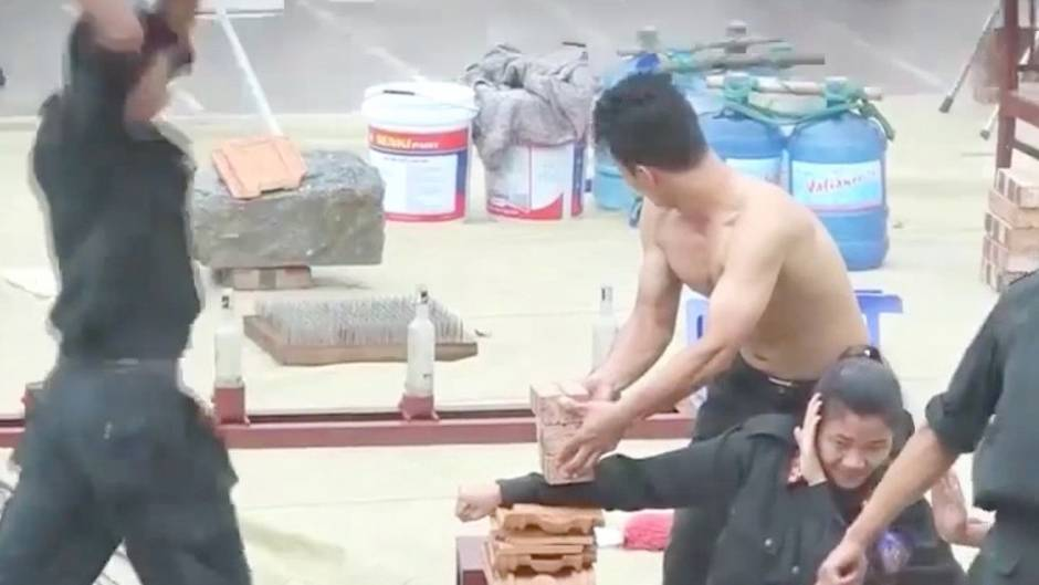 Topfit und eisenhart: Vietnamesische Polizisten zeigen körperliche Widerstandskraft