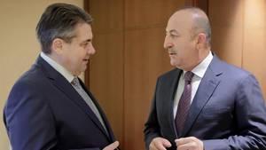 Sigmar Gabriel und Mesüt Cavusoglu treffen sich im Hotel Adlon - wenig Annäherung im deutsch-türkischen Streit