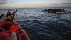 Flüchtlinge werden nördlich von Sabratha (Lybien) aus einem Schlauchboot gerettet (Symbolbild)
