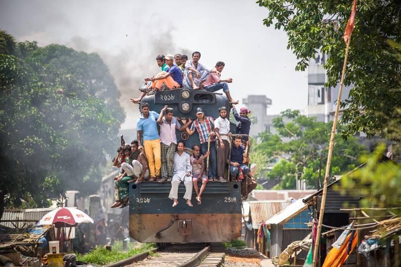 """""""Der Zug fährt alle 30 Minuten mitten durch den Slum. Die Bewohner haben sich schon längst daran gewöhnt und nehmen es als selbstverständlich hin"""", erzählt Miro May von seinen Erlebnissen."""