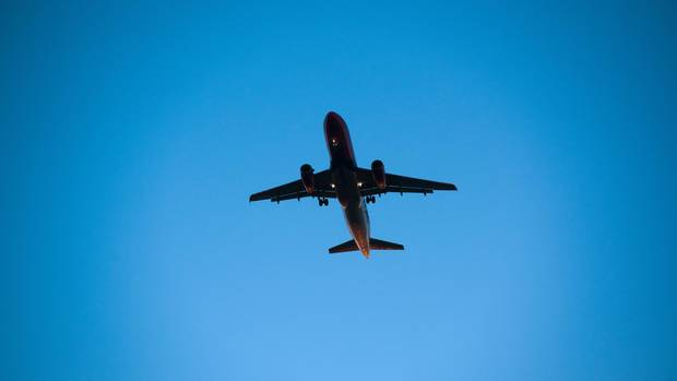 Flughafen Ranking: Ein Flugzeug im Himmel über Dortmund