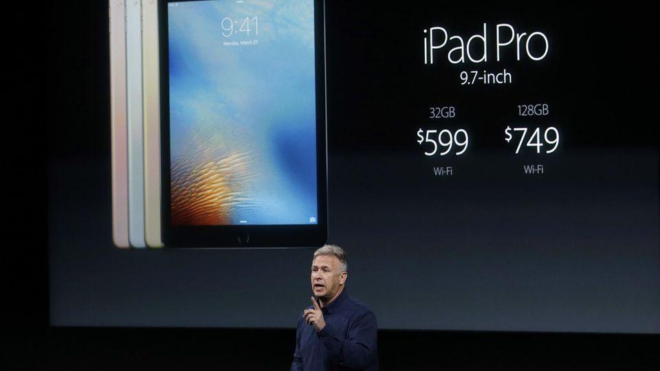 Apples Vize-Marketingchef Phil Schiller, stellt 2016 das damals neue iPad vor