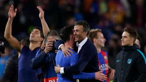 Luis Enrique feiert mit seinen Spielern