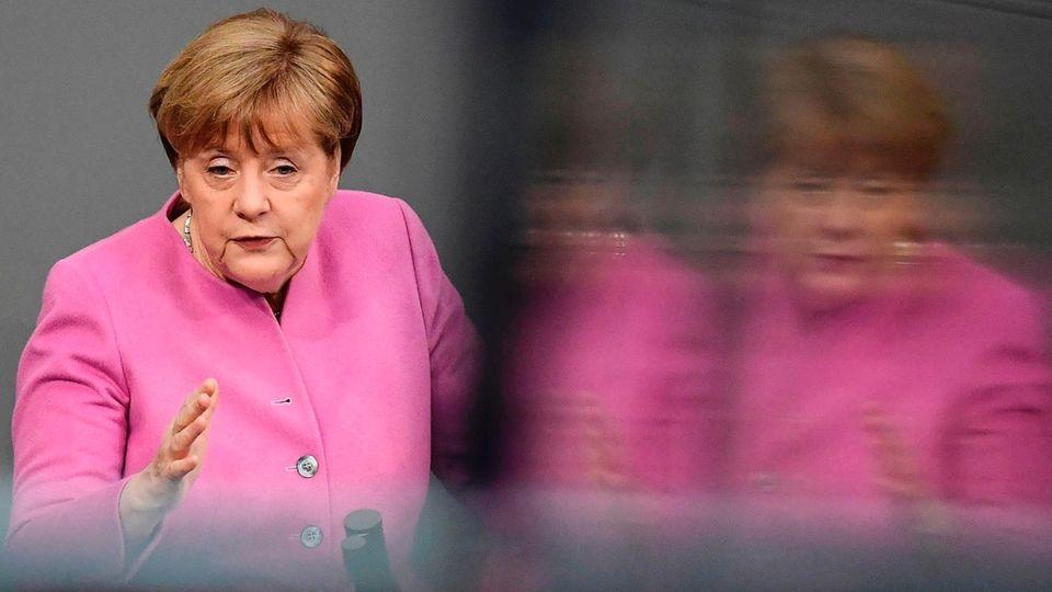 Kanzlerin Angela Merkel im rosa Jacket im Bundestag - sie verbittet sich Nazi-Vergleiche durch die Türkei